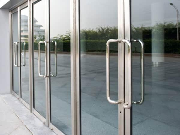 Produzione-vetrate-per-negozi-su-misura-casinalbo